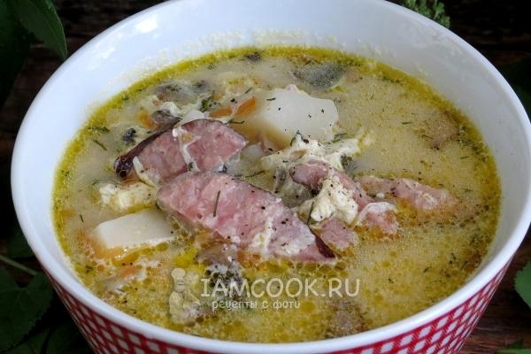 суп с вареной колбасой и яйцом