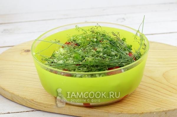Положить помидоры и зелень в миску