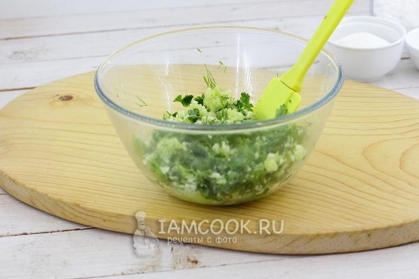 Соединить измельченные овощи с зеленью