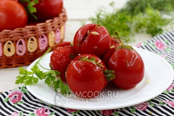 Фото быстрых малосольных помидоров с чесноком и зеленью
