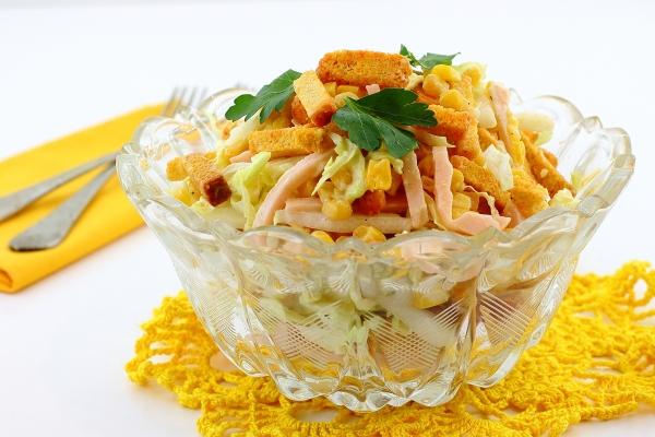 Салат с кукурузой сухариками ветчиной