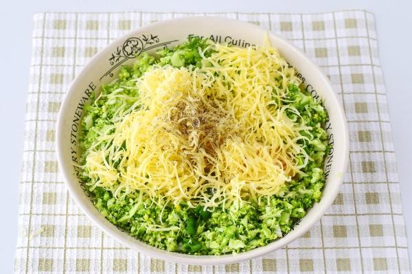 Добавить сыр, соль и перец