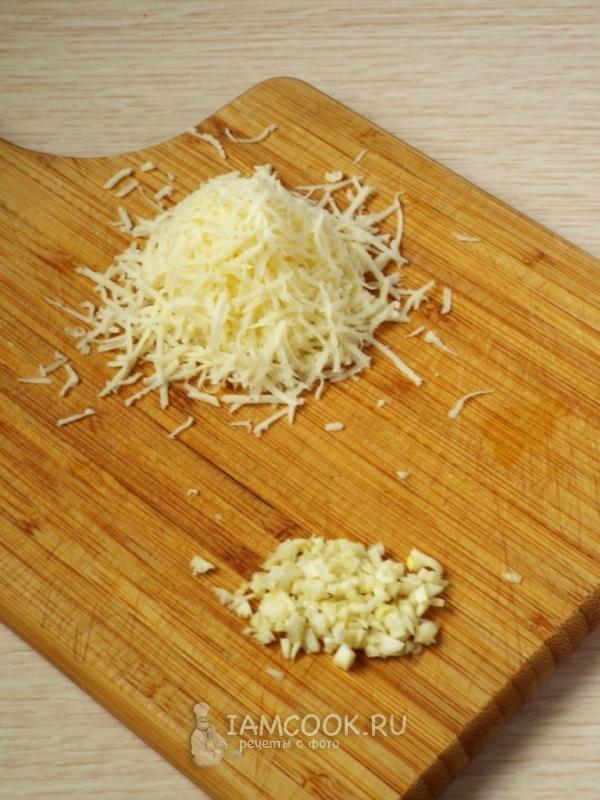 Натереть сыр и порезать чеснок