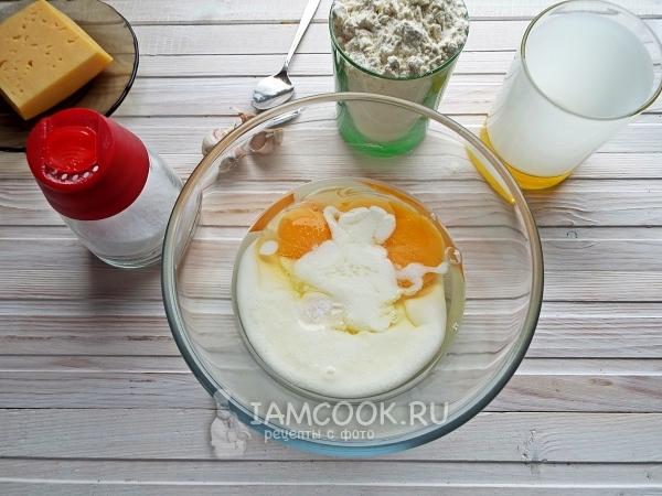 Соединить кефир, яйца, соль и соду