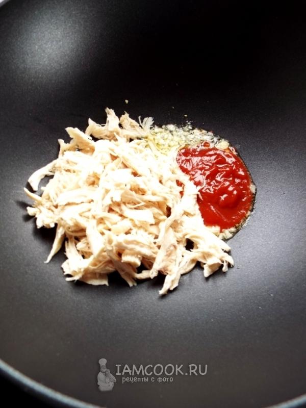 Добавить кетчуп и курицу
