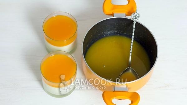 Влили мандариновый сок в стаканы со сливочной основой