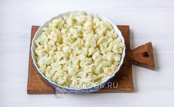 Положить на соус капусту