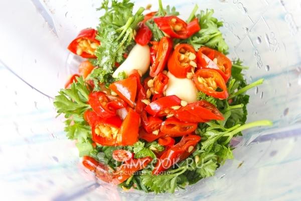 Добавить острый перец, масло и уксус