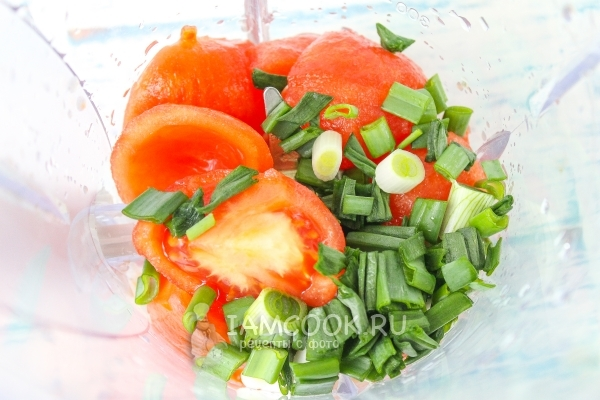 Положить в блендер помидоры и лук