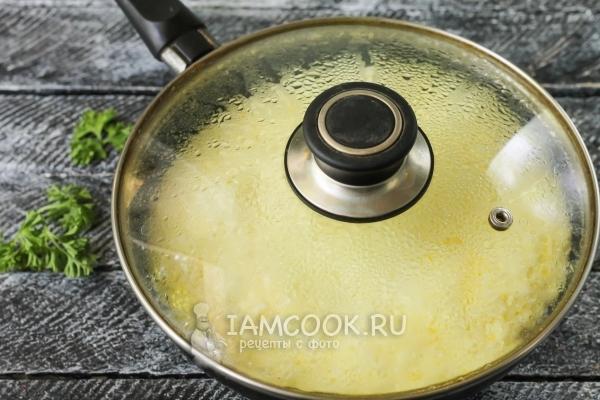 Накрыть сковороду крышкой