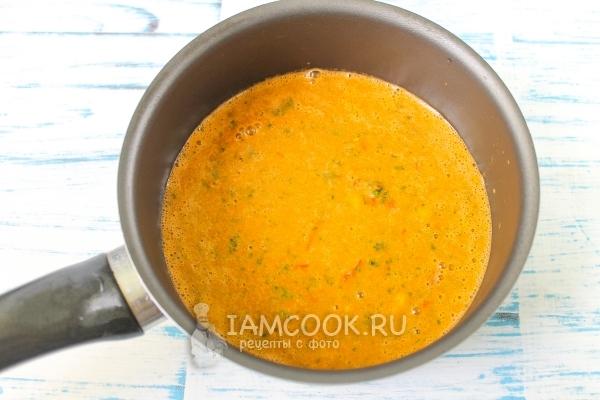 Перелить соус в сотейник