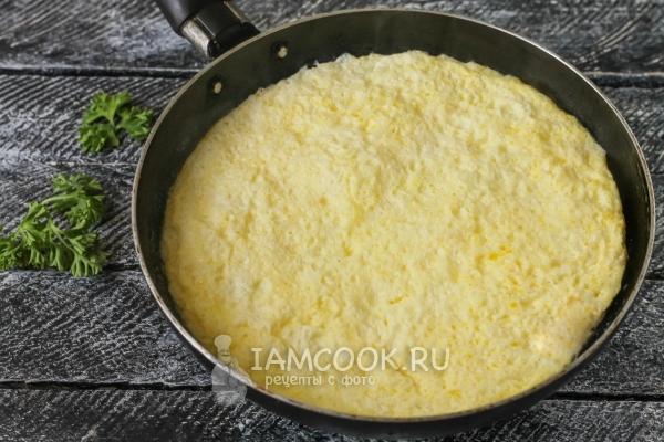 Фото пышного омлета с молоком на сковороде