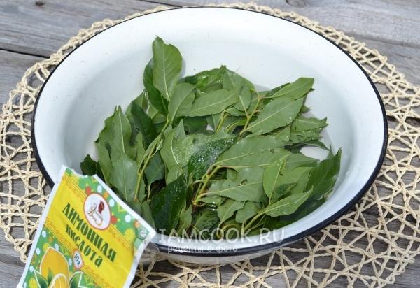 Посыпать листья лимонной кислотой