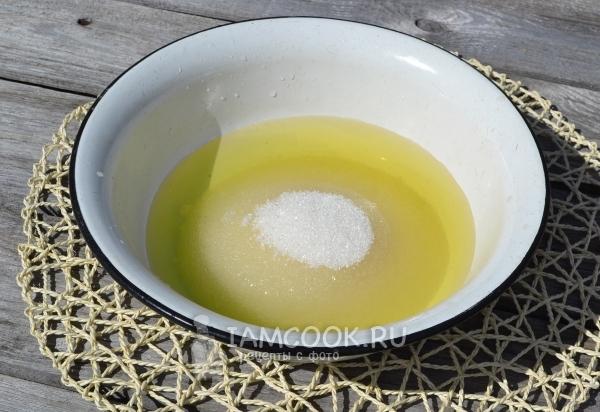 Соединить вишневый отвар, сахар и водку