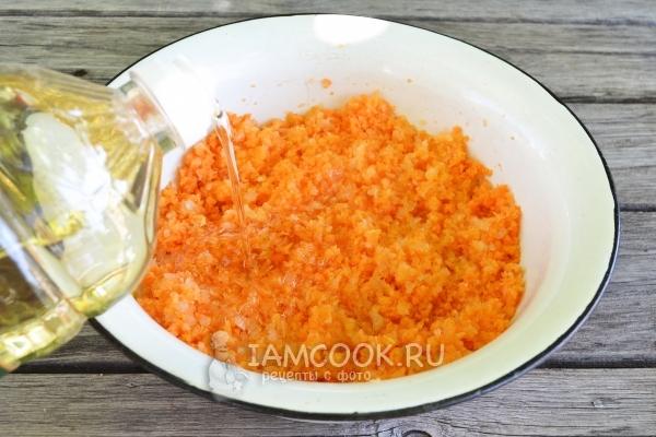 Измельчить на мясорубке морковь и лук