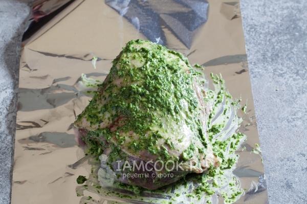 Обмазать мясо зеленой смесью
