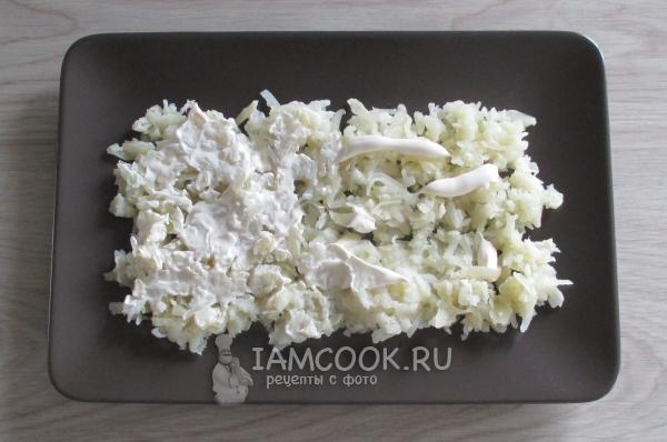 Смазать слой картофеля майонезом