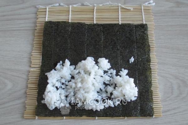 Положить на лист рис
