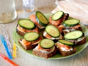 Стол к 23 февраля бутерброды с килькой