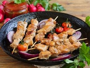 курица на шпажках на сковороде