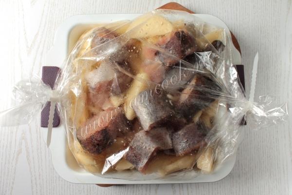запечённый минтай в духовке с картошкой