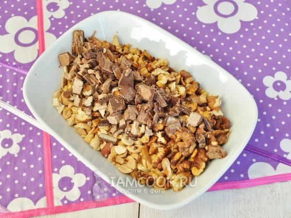 Смешать орехи с конфетами