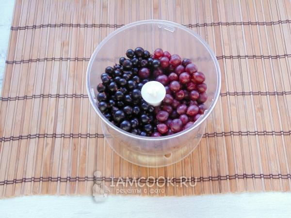 Положить ягоды в блендер