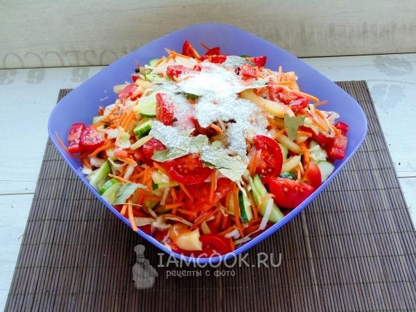 Смешать овощи с солью и приправами