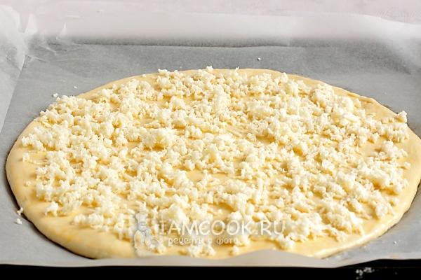 Раскатать тесто и присыпать сыром