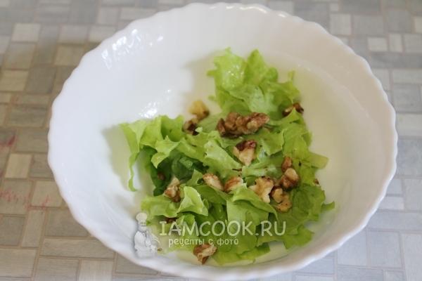 Положить грецкие орехи