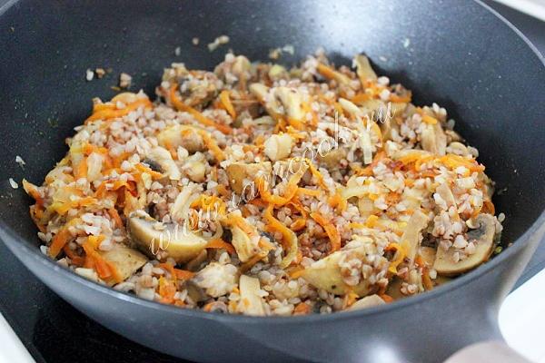 гречка с грибами на сковороде
