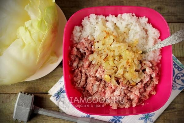 Соединить перекрученное мясо, рис и лук