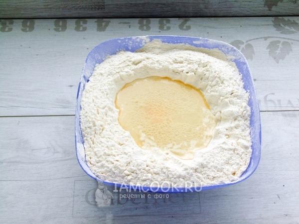 Добавить яйцо, масло, воду и уксус