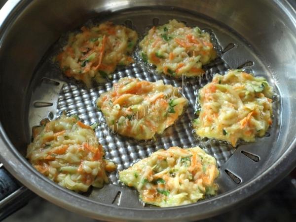 Обжариваем овощные кабачковые оладьи
