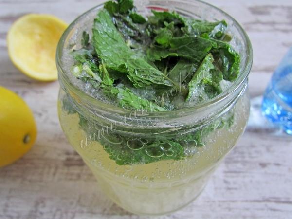 Лимонный сок с мятой и сахаром