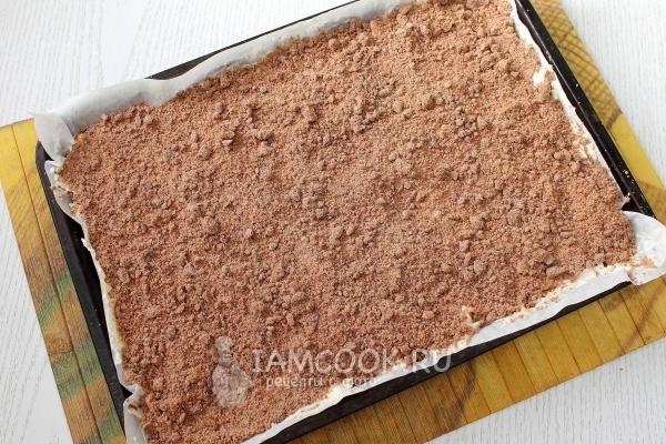 Выложить слоями тесто и начинку