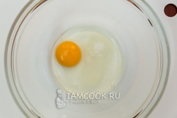 Соединить яйцо, соль и сахар