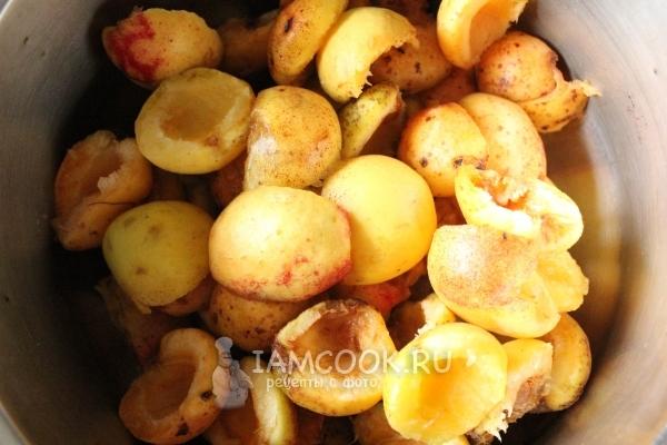 Убрать из абрикосов косточки
