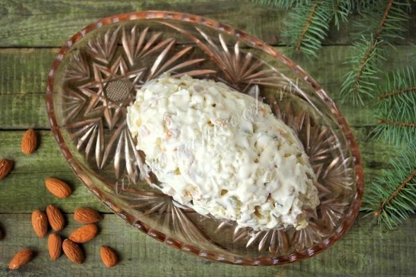 Выкладываем салат сосновая шишка