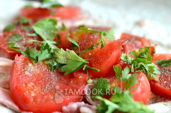 Выложили помидоры и зелень