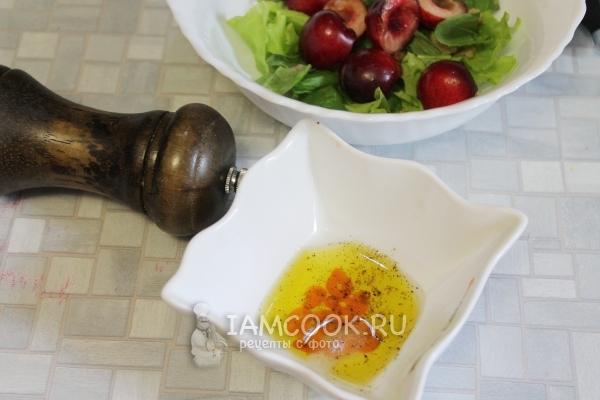 Смешать сок лимона, масло и перец