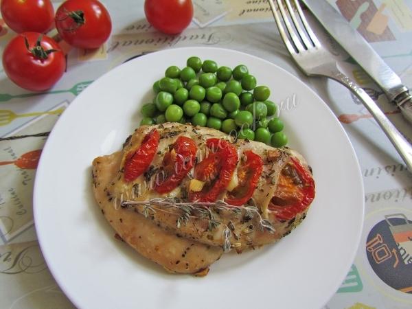 Куриная грудка запеченная с помидорами