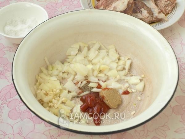Соединить лук, чеснок, томатную пасту, горчицу и специи