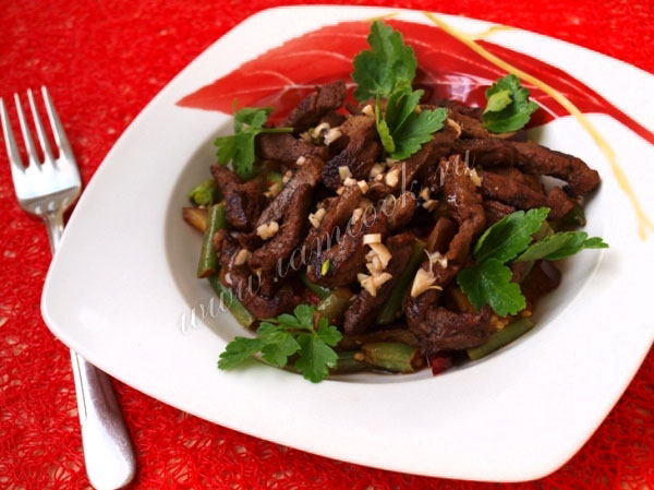 Теплые салаты с говядиной и баклажанами