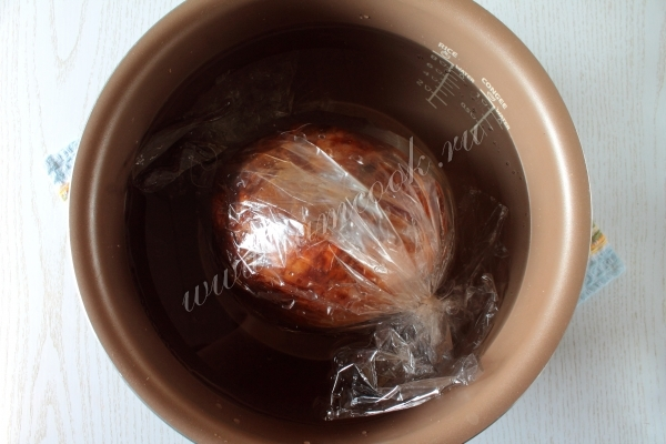 Положить мясо в чашу мультиварки