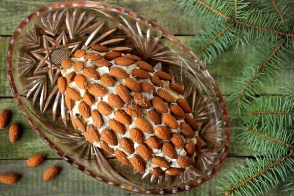 Фото салата шишка из миндаля