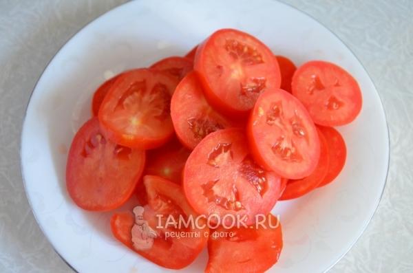Порезать помидоры кружочками