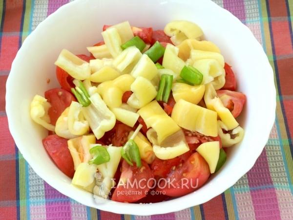Нарезать перцы и помидоры