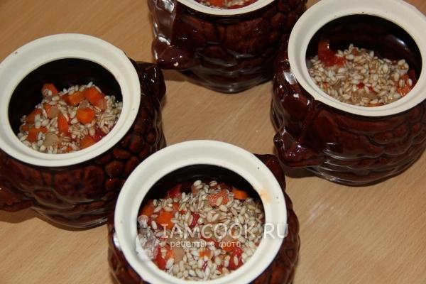 Овощи с перловкой в горшочках