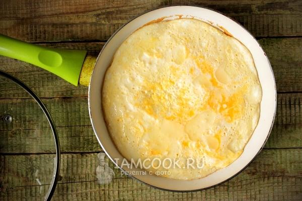 Жарим омлет с молоком на сковороде
